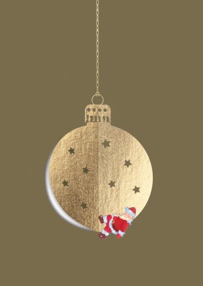 Postkarte: Weihnachtsmann an einer Weihnachtskugel